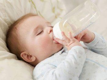 Cho trẻ bú thêm sữa công thức, nên hay chăng?