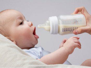 Lượng sữa tiêu chuẩn nên cho bé bú trong mỗi giai đoạn phát triển